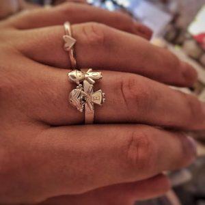 Strieborný prsteň s postavičkami